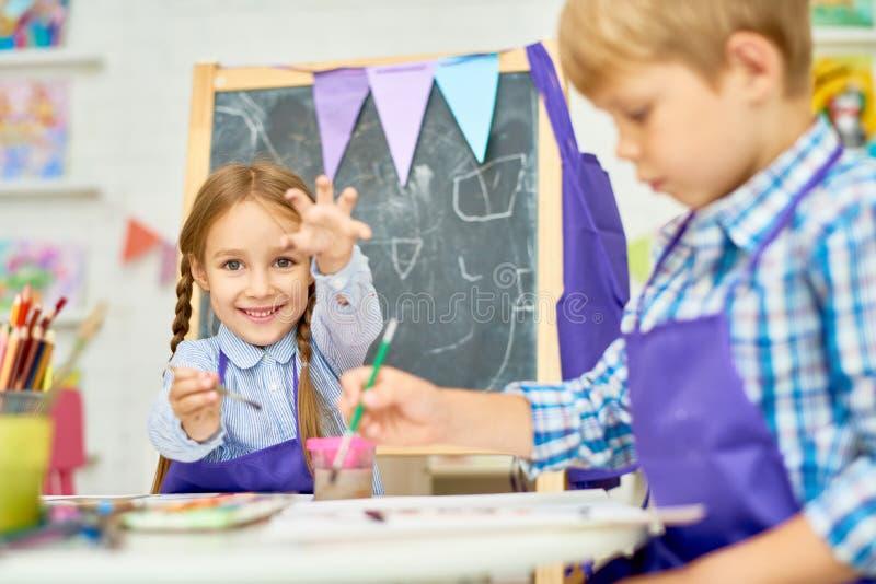 Barn som tycker om Art Class av utvecklingsskolan royaltyfri fotografi