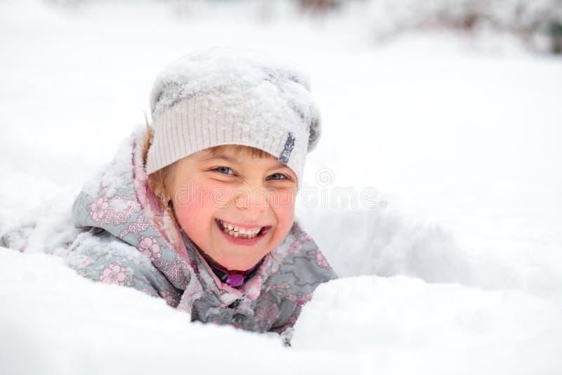 Barn som tycker om en vintertid royaltyfri bild