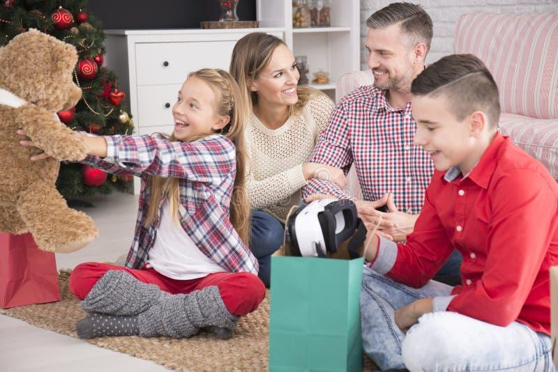 Barn som tycker om julgåvor royaltyfri foto