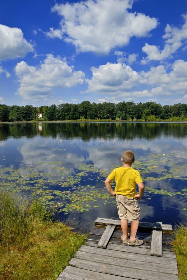 barn som tycker om naturen royaltyfri bild