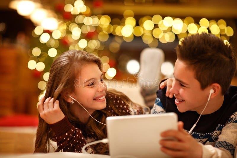Barn som tycker om tillsammans i musik från minnestavlan arkivbilder