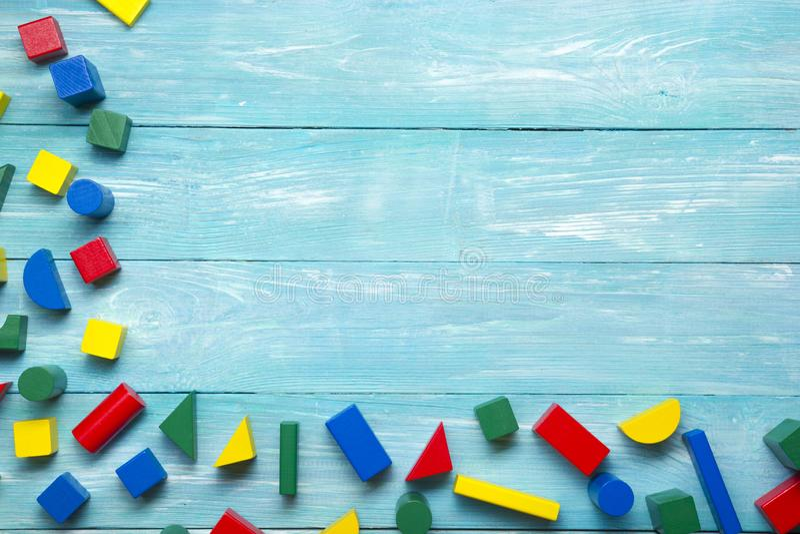 Barn som utbildar leksaker med vit bakgrund Överkant Plattlägg Kopiera utrymme för text arkivfoto