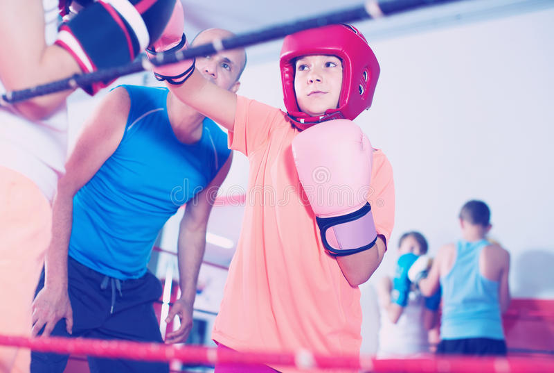 Barn som utbildar på boxningsringen royaltyfria foton