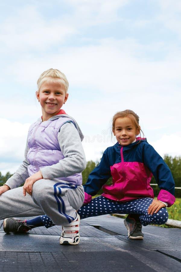 Barn som utbildar på stadionsträckning royaltyfri bild