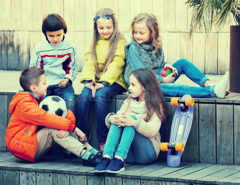 Barn som utomhus pratar royaltyfri bild