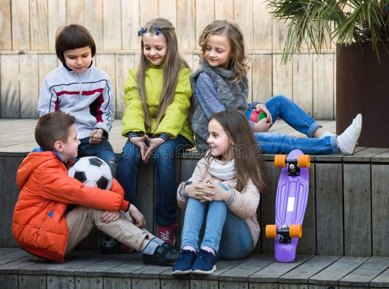 Barn som utomhus pratar arkivfoto
