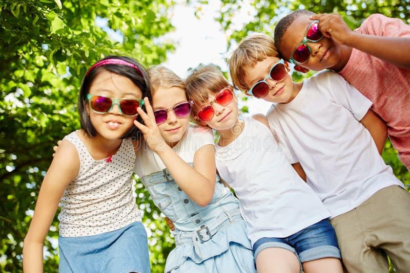 Barn som vänner i kallt lag royaltyfria foton