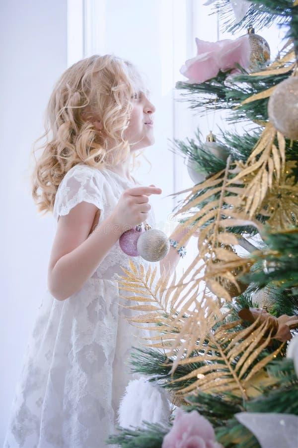 Barn som väntar på det nya året och julen Gullig lite gir arkivbilder