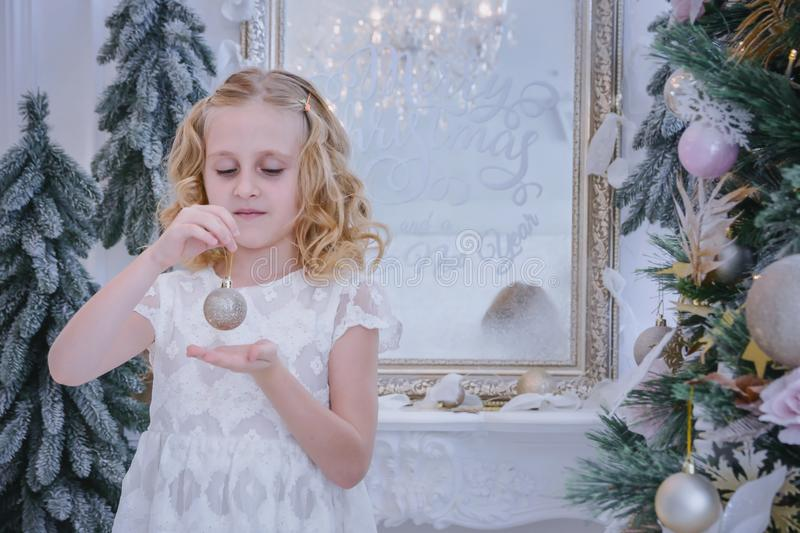 Barn som väntar på det nya året och julen Gullig lite gir royaltyfria foton