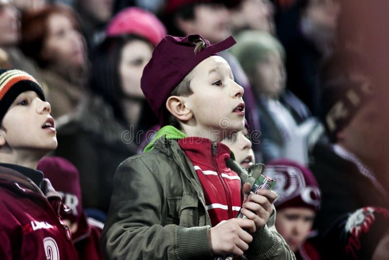 barn spelar att hålla ögonen på för fotboll royaltyfri foto
