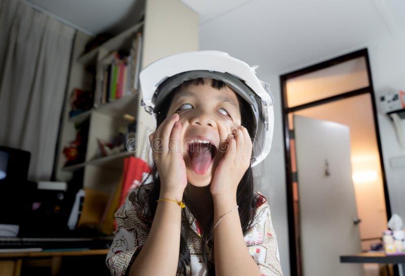 Barn spelar den läskiga spökeframsidan royaltyfri bild