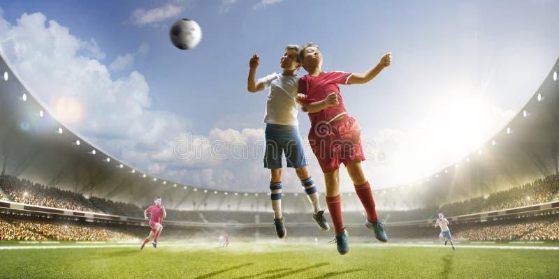 Barn spelar fotboll på den storslagna arenan arkivfoton
