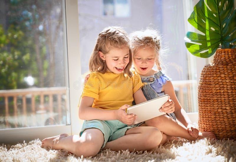 Barn spelar med minnestavlan arkivbilder