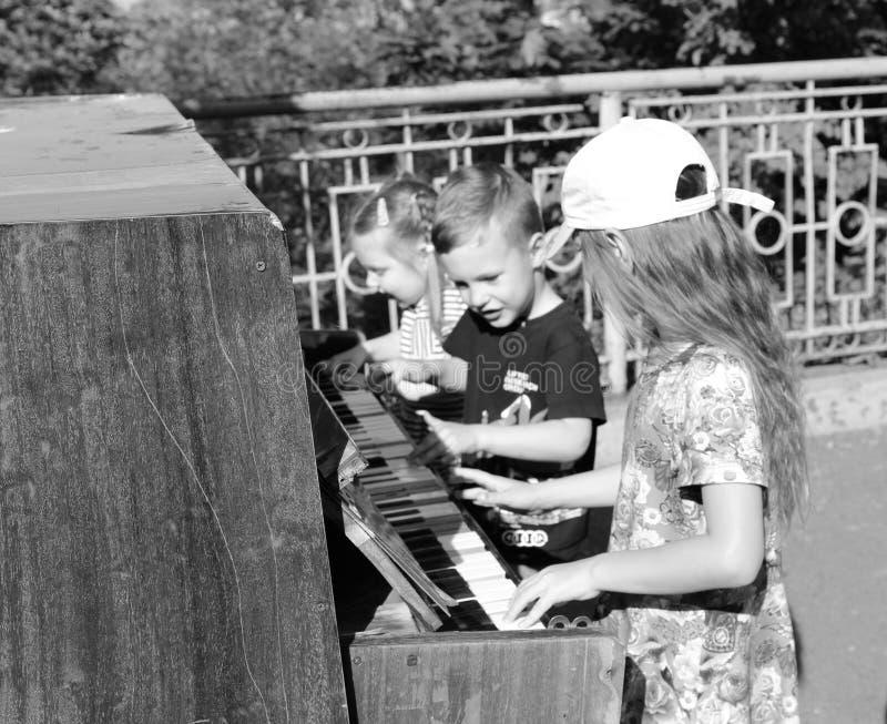 Barn spelar pianot royaltyfri bild
