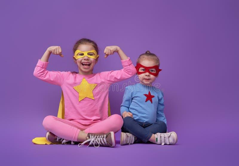 Barn spelar superheroen arkivbild