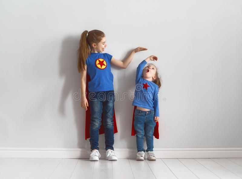 Barn spelar superheroen royaltyfria foton