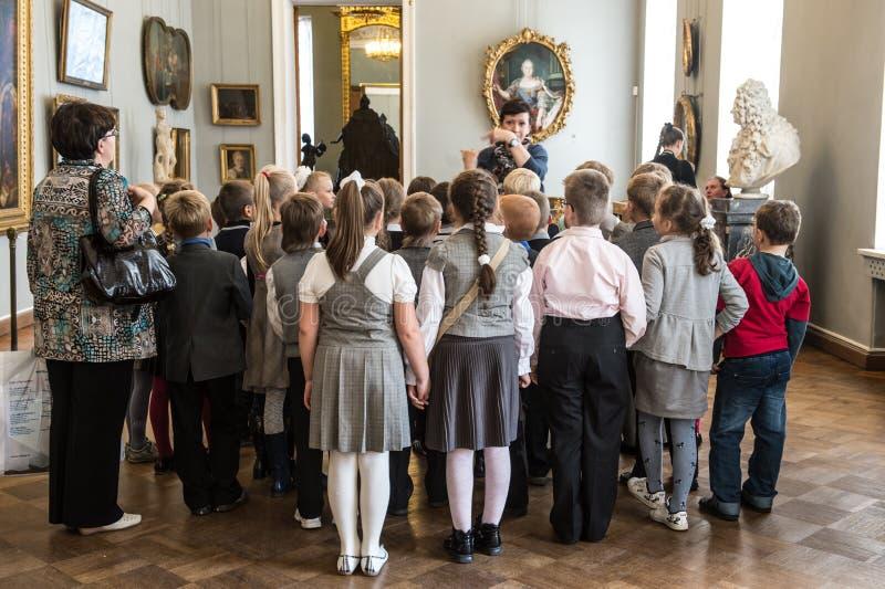Barn turnerar på i det nationella museet av rysk konst royaltyfria foton