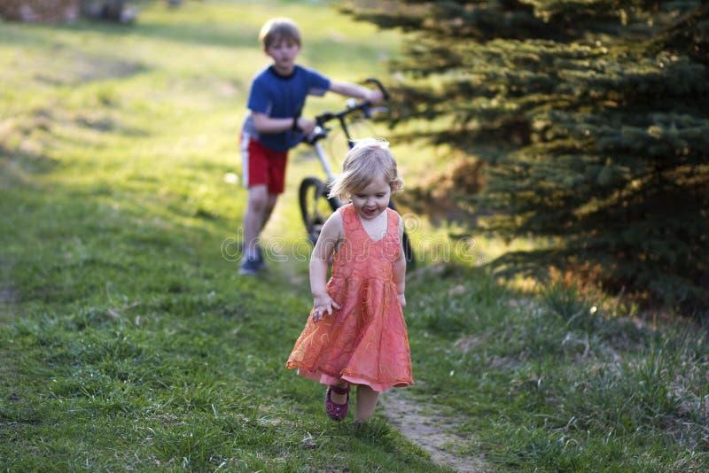 barn två arkivbilder