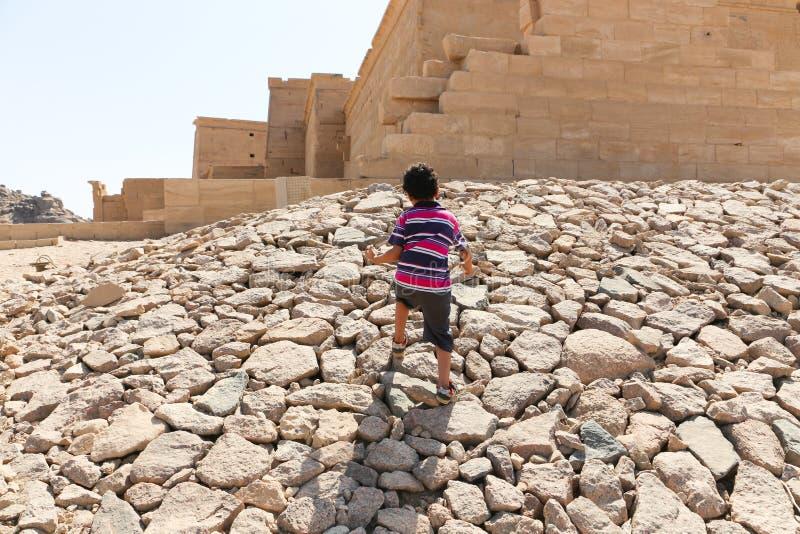 Barn tycker om på den Philae templet, Egypten royaltyfri fotografi