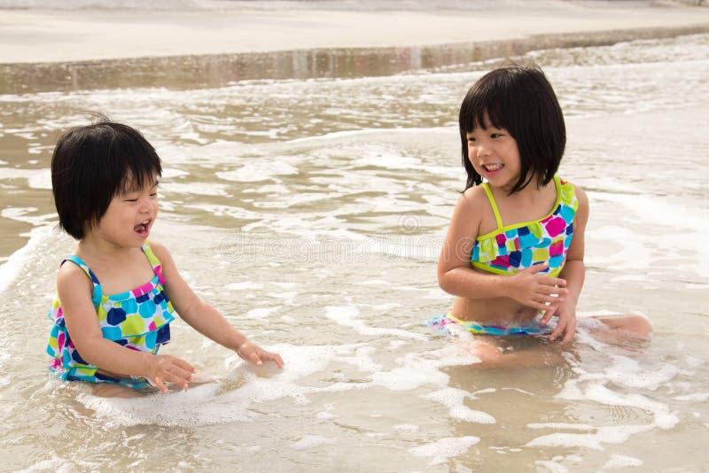 Barn tycker om waves på strand royaltyfri fotografi
