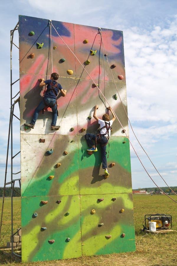 Barn utbildar i vagga-klättring royaltyfri fotografi