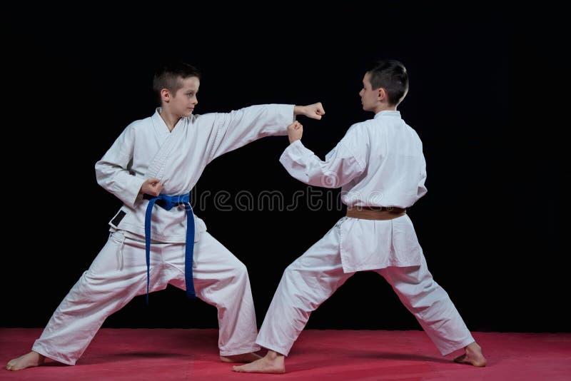 Barn utbildar karateslag arkivbild