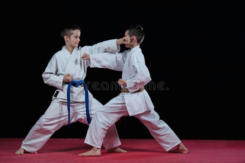 Barn utbildar karateslag arkivfoton