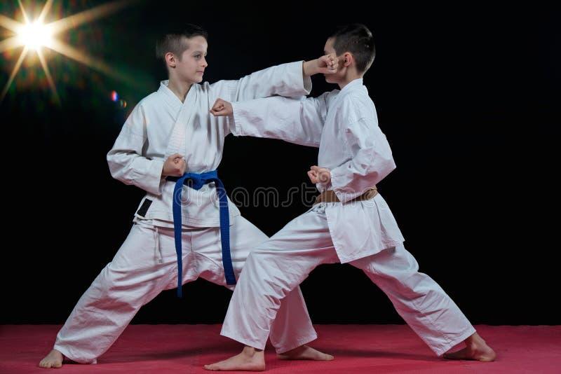 Barn utbildar karateslag royaltyfri fotografi