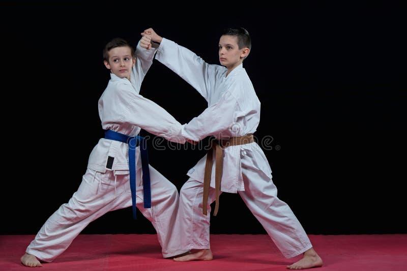 Barn utbildar karateslag arkivfoto