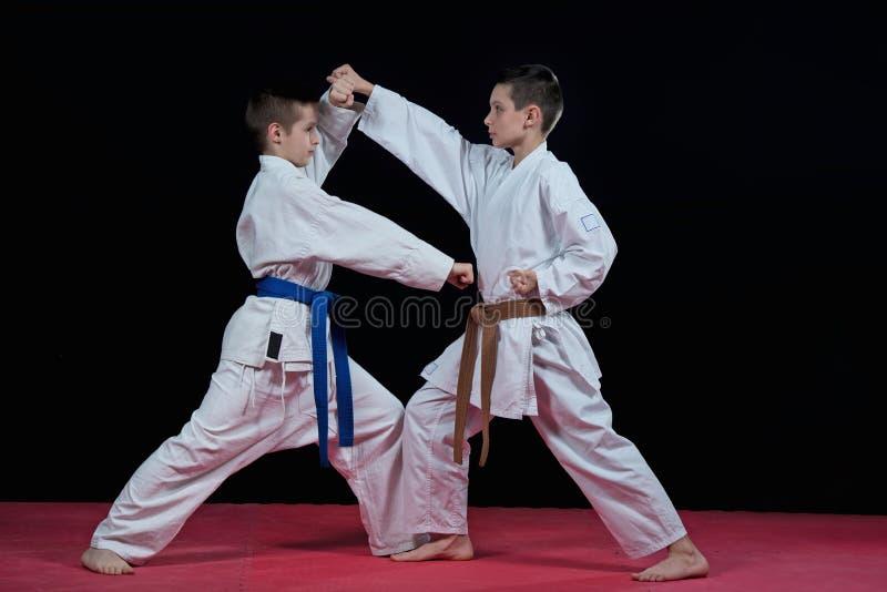 Barn utbildar karateslag royaltyfri bild