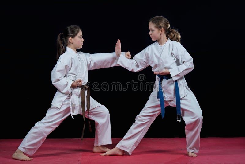 Barn utbildar karateslag fotografering för bildbyråer