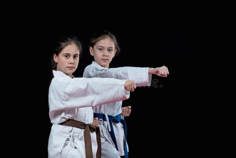 Barn utbildar karateslag royaltyfria foton