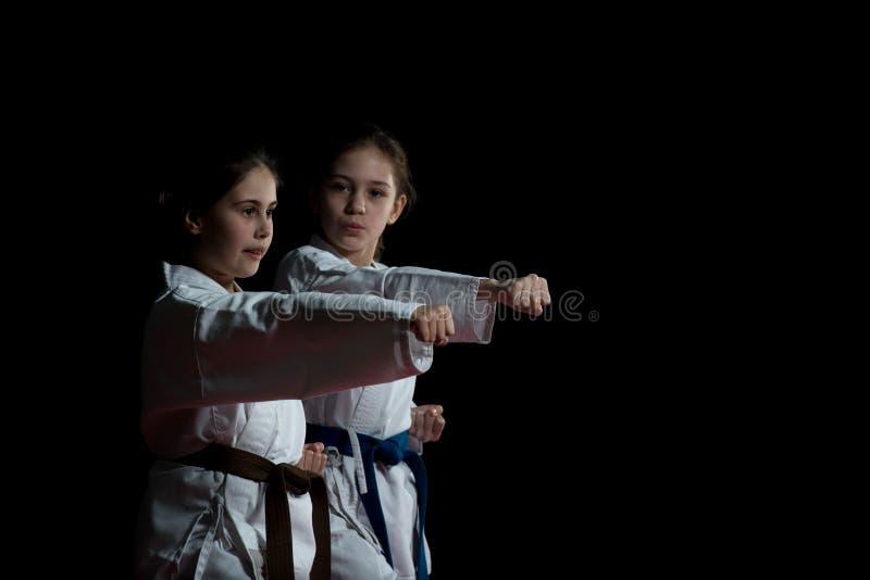 Barn utbildar karateslag arkivbilder