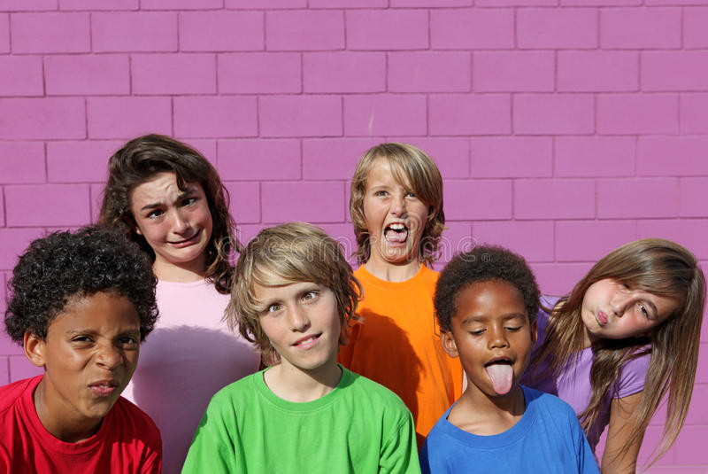 barn vänder roligt mot royaltyfri foto
