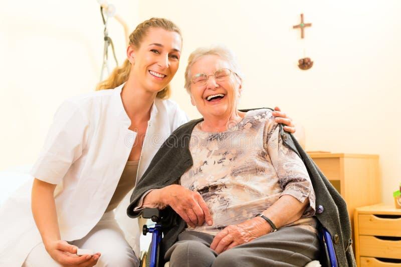 Barn vårdar och den kvinnliga pensionären i vårdhem royaltyfri bild