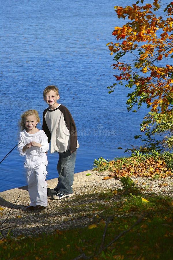 Barn vid laken i park arkivfoto