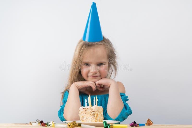 Barnanmärkningar Stearinljus för födelsedagkaka arkivfoton