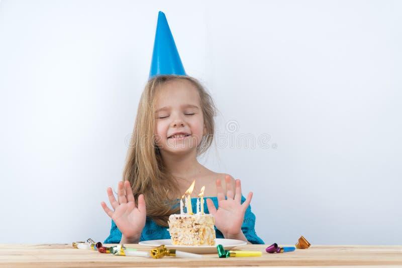 Barnanmärkningar Stearinljus för födelsedagkaka royaltyfria foton