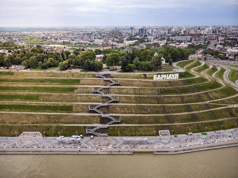 Barnaul,俄罗斯 Barnaul的描述在入口的对城市 高地公园和一个新的堤防是顶视图在夏天 免版税库存照片