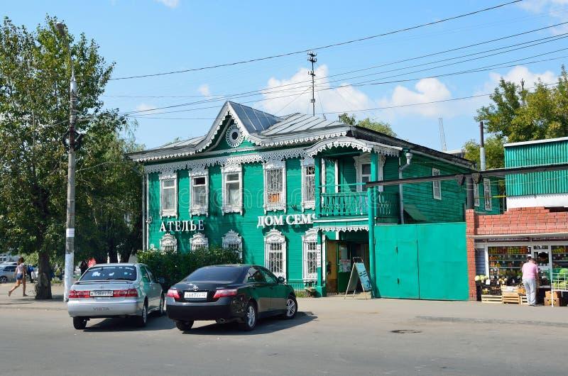 Barnaul, Россия, 17-ое августа 2016 Историческое здание на улице Pushkina в Barnaul - оформлении v M Vershinin стоковая фотография rf