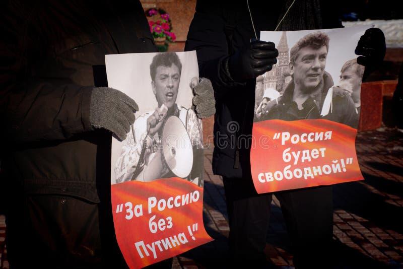 Barnaul, luty 24, 2019 Palikuje na rocznicie śmierć Boris Nemtsov Ludzie z plakata Rosja bez Puti zdjęcie stock