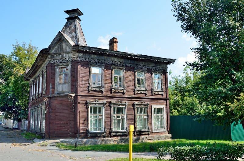 Barnaul, Rússia, agosto, 17, 2016 Um solar de madeira do adiantado do século XX na rua de Pushkin, a casa 45 em Barnaul imagem de stock