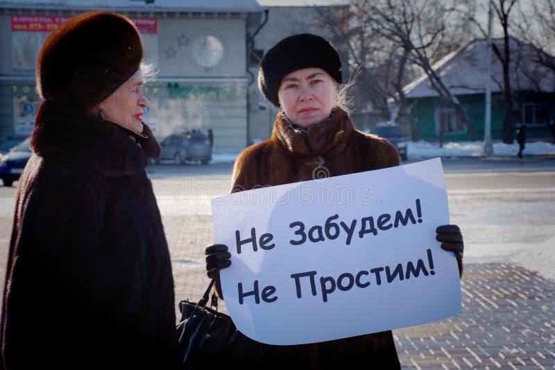 Barnaul, Rusia 24 de febrero de 2019 Piquete en el aniversario de la muerte de Boris Nemtsov Gente con los carteles 'Rusia sin Pu foto de archivo libre de regalías