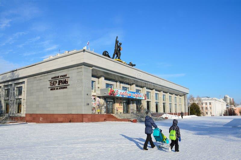 Barnaul, Russia, 13 gennaio, 2016, la gente che cammina vicino al teatro regionale di dramma dell'Altai di Shukshin fotografia stock libera da diritti