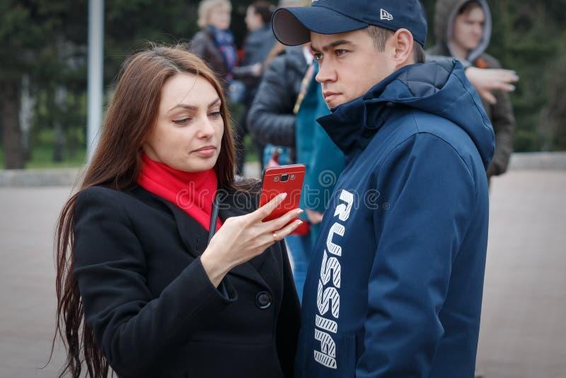 Barnaul, Russia, il 9 maggio 2018: la giovani ragazza e tipo delle coppie stanno stando sulla via immagine stock libera da diritti