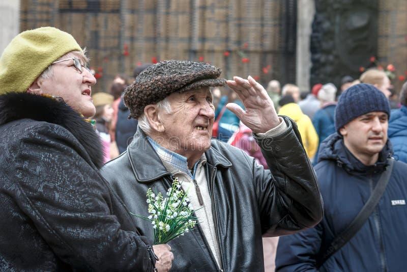 Barnaul, Russia, 9 può 2018, il memoriale di gloria nel centro della città: il nonno ed il ricerca della donna fotografia stock libera da diritti