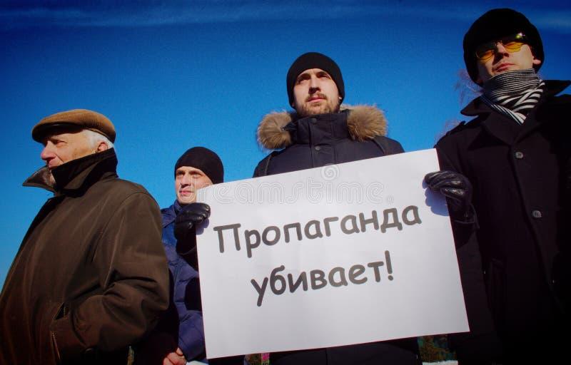 Barnaul Ryssland-Februari 24, 2019 Postering på årsdagen av döden av Boris Nemtsov Folk med affischer 'Ryssland utan Puti arkivbild