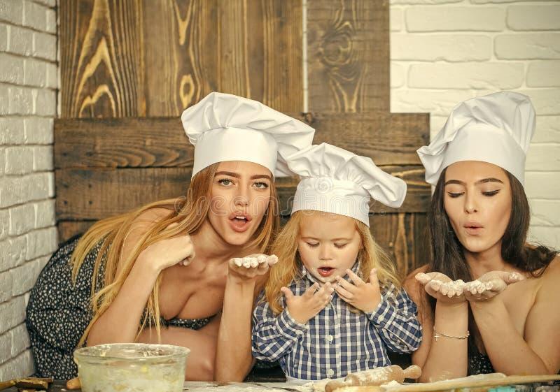 Barnavård Barnutbildning Pojke och flickor i kockhattar arkivfoto