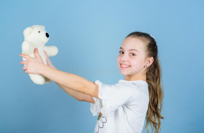 Barnav?rd Barndombegrepp ?lskv?rd liten flicka som ler den lyckliga framsidan med den favorit- leksaken B?sta v?n lycklig barndom arkivbilder