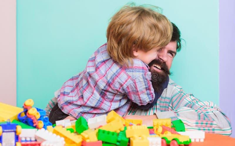 Barnav?rdbegrepp lycklig familj Barns utveckling och uppfostran fadergyckel har sonen Skäggig hipster och pojke arkivbilder